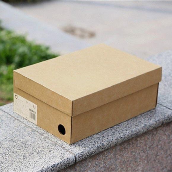 Đối với loại hộp carton đựng giày: Thùng carton có công năng bảo quản giày da, giày vải,... tránh những tác động từ bên ngoài.